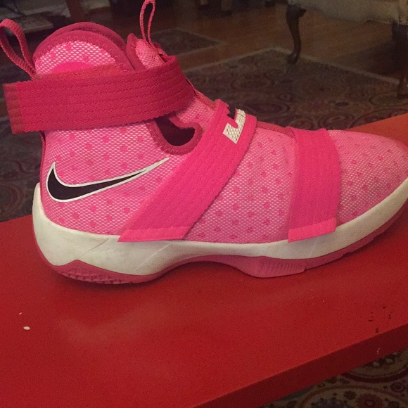 77b7b88af55 Nike Lebron Soldier 10 - Pink Breast Cancer Kayyow.  M 5a7779f0331627e8889375c2
